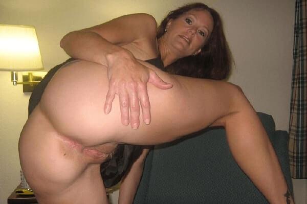 versaute hausfrau zeigt ihren nackten arsch